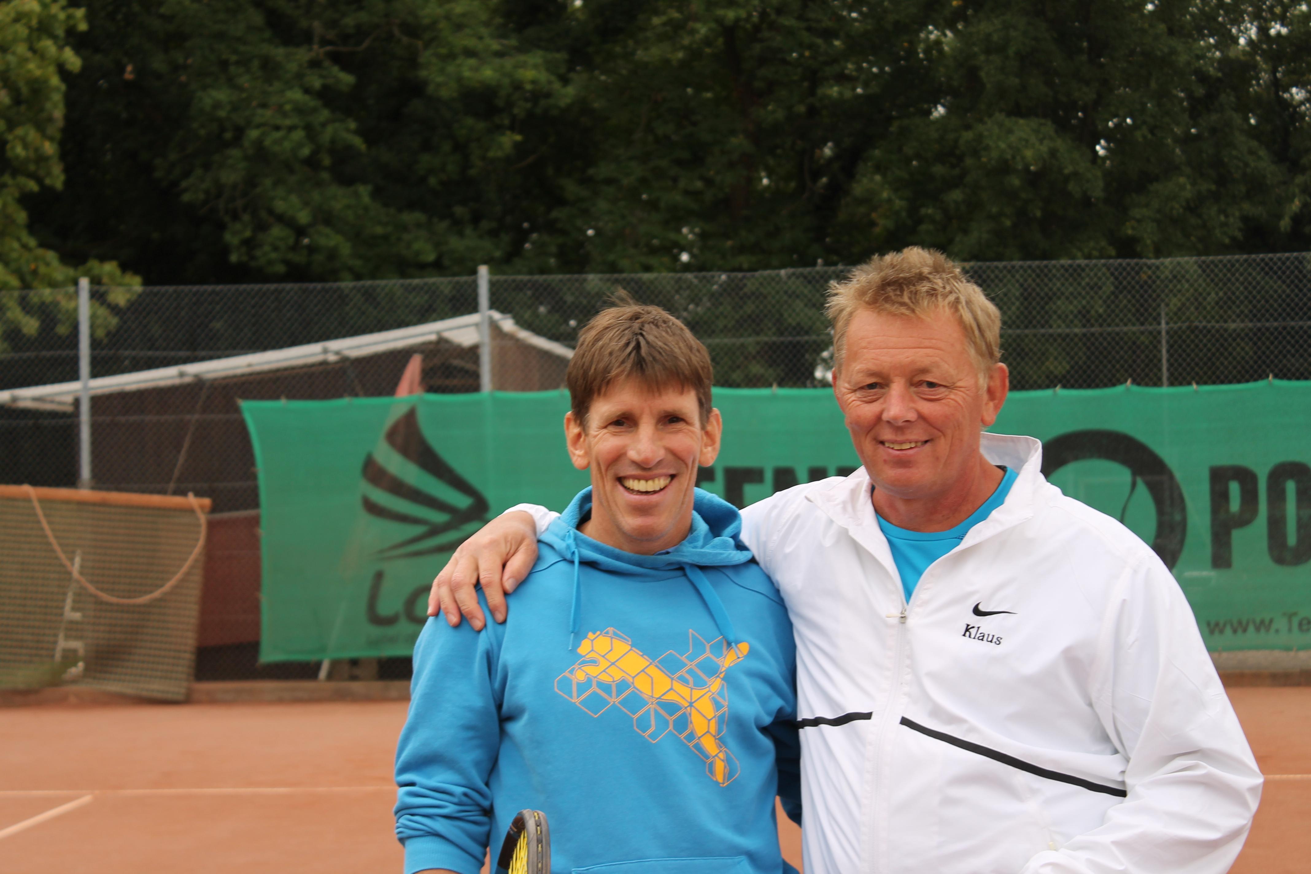 Neben dem Platz gute Freunde - auf dem Platz waren sie diesmal Konkurrenten. Jürgen Leibrich (links) schlug Klaus Jakob (rechts) im Viertelfinale und wurde schließlich Dritter. Er musste sich nur Clubmeister Tobias Brandt geschlagen geben